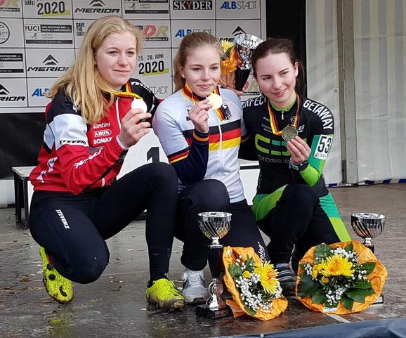 Judith Krahl (mitte) mit Emma Eydt (links, Platz 2) und Nina Küderle (rechts, Platz 3)