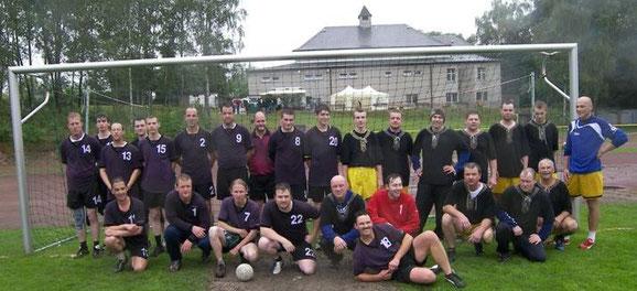Gruppenfoto nach dem Großfeldspiel - Die Niederwiesaer in den lilafarbenen Traditionstrikots gewannen in strömendem Regen mit 23 : 14 gegen die Sportfreunde aus Flöha