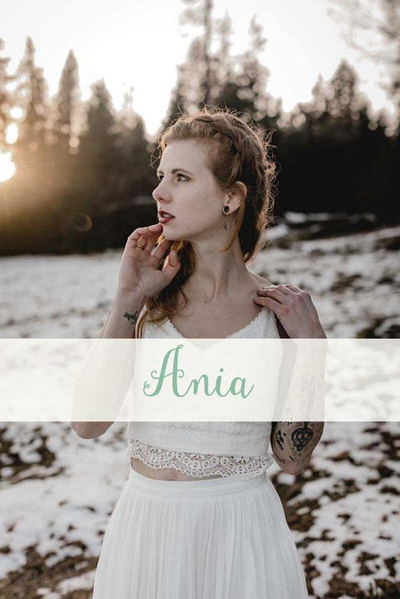 zweiteiliges Hochzeitskleid: Spitzentop ~ Ania ~ mit Tüllrock ~ Enna ~ Die neue elementar Brautkollektion NO FAIRY TALE besticht durch natürliche Lässigkeit und nachhaltige Materialien.