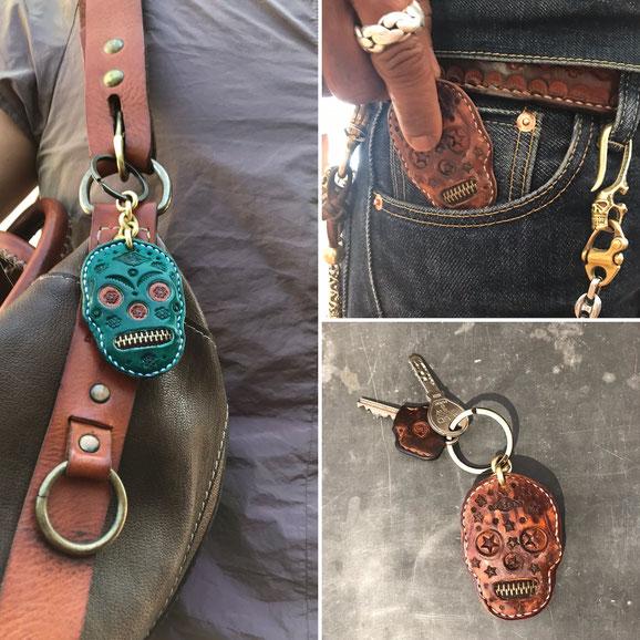 Schlüsselanhänger Farben punziertes Leder mexikanischer Totenkopf