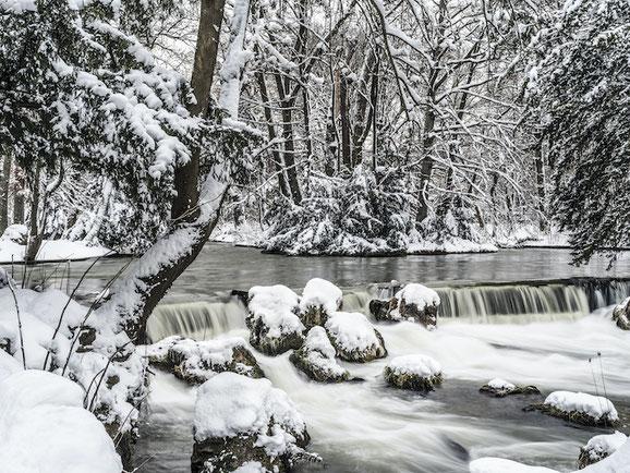 Eisbach_Englischer Garten im Schnee im Winter als Farb-Photographie, Muenchen