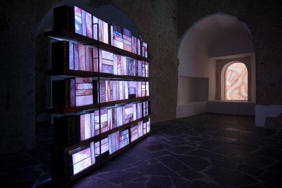 114 Bücher, 15 × 26 × 6 cm und 15 × 26 × 12 cm, Fotografie auf Opalfolie, LED-Leuchtmittel, Lexikon, insgesamt 250 × 200 × 20 cm Installation im Museum Boppard, 2018, Foto: Isa Steinhäuser