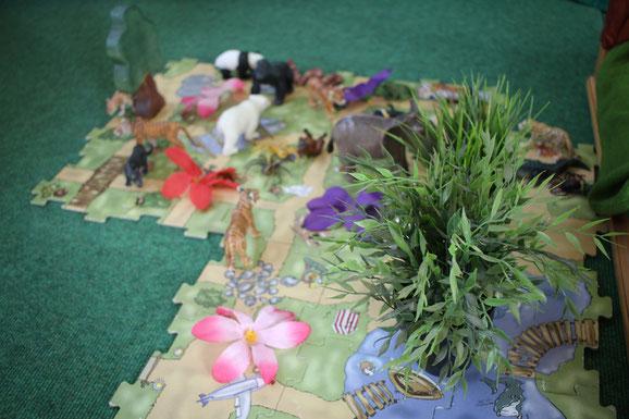 """Die Grüne Gruppe behandelt das Thema """"Dschungel"""". Tiere und Pflanzen sind auf einem Spielbrett zusammengestellt."""