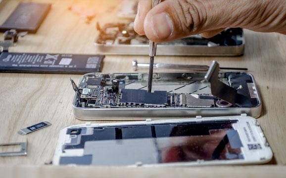 Reparieren statt Entsorgen! Ein Mobilephone wird repariert.