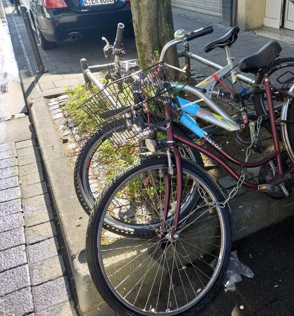 Die Fahrradleichen wurden vom Ordnungsamt markiert.