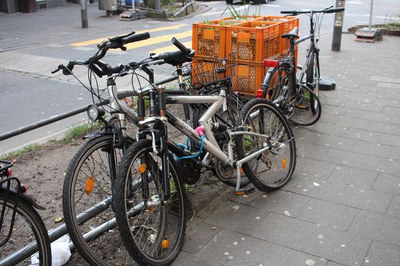 Durch angekettete Fahrräder verstellte Beete sind schwer zu pflegen.