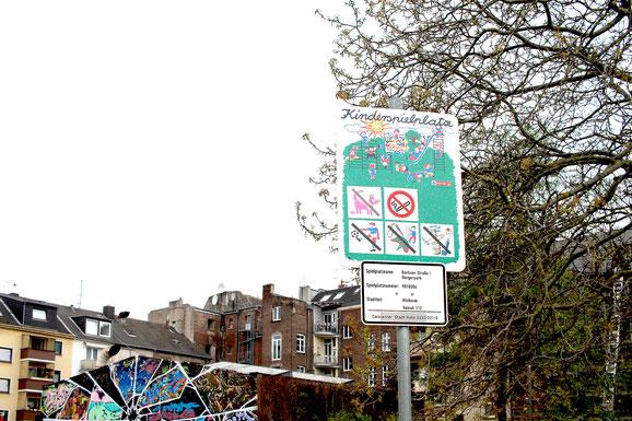 Die Kinderspielplatzordnung gibt Regeln vor.