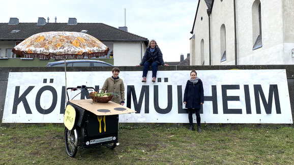 Julia Scherzl, Gabi Schönau und Cora Pohl am Köln-Mülheimer Ufer.