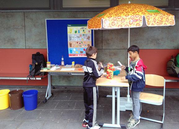 Schüler des Genoveva-Gymnasiums checken Müllfragen am Info- und Mitmachstand der Hallo Nachbar-Umweltpäds.