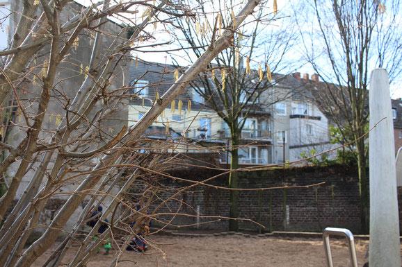 Ein geschütztes Außengelände mitten im Quartier lädt die Kinder zum Erkunden ihrer Umwelt ein.