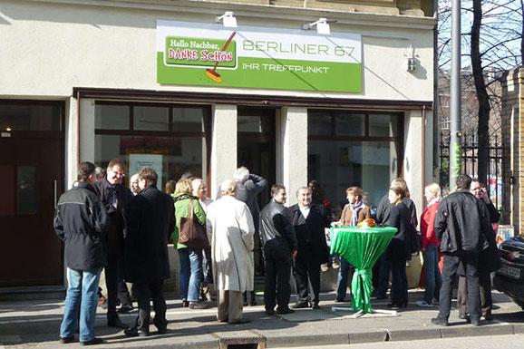 """Die """"Berliner 67"""" bei seiner Einweihung im Jahr 2009. Das schöne Ladenlokal in der Berliner Straße 67 wird seitdem von der Initiative """"Hallo Nachbar"""" als Bürgerkontaktstelle genutzt."""