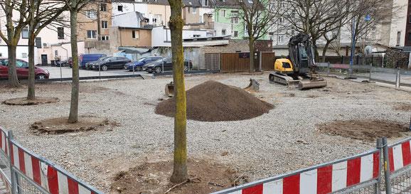Der Platz auf dem Genovevahof wird zur Zeit aufbereitet. Neue Bäume werden gepflanzt.
