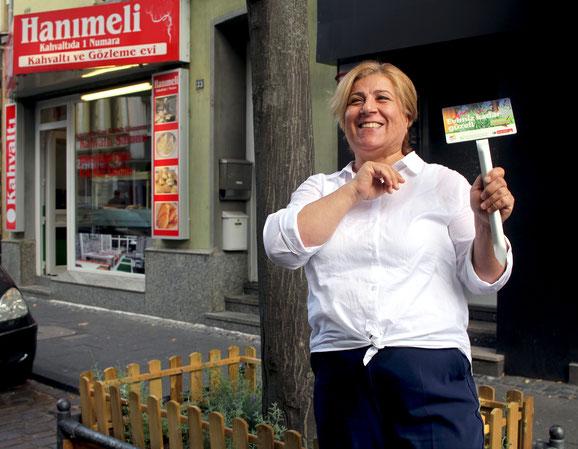 """Elif Akgün freut sich über die Initiative """"Hallo Nachbar, Danke schön"""". Sie betreibt das Frühstücksbuffet """"Hanimeli"""" in der Keupstraße 33"""