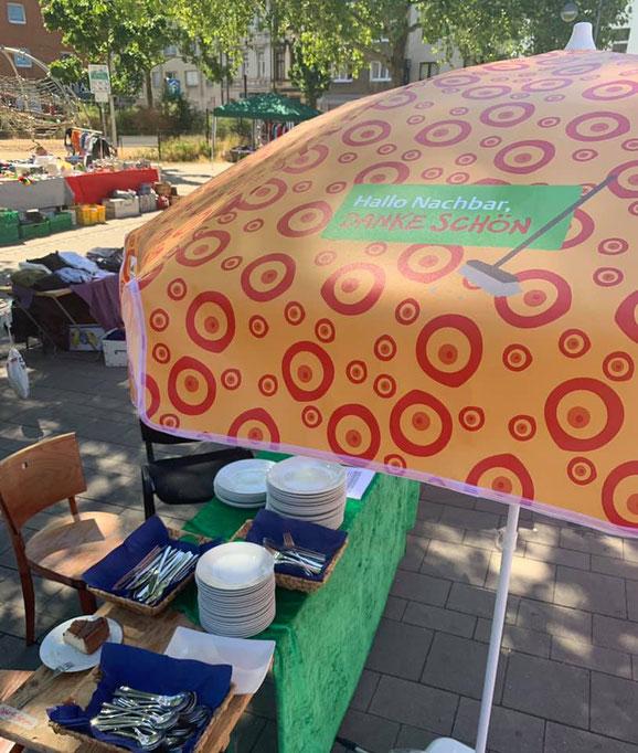 Der Hallo Nachbar Sonnenschirm bot Schutz. Unser Spüldienst wurde gut angenommen.
