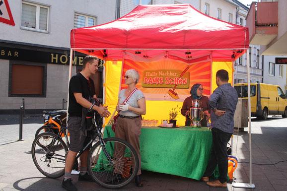 Gespräche mit der Nachbarschaft am bewährten Hallo Nachbar Teestand an der Ecke zur Holweider Straße
