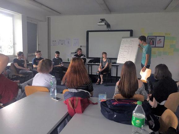 Die Umweltpädagogin Jana Roes informiert ihre Gruppe.