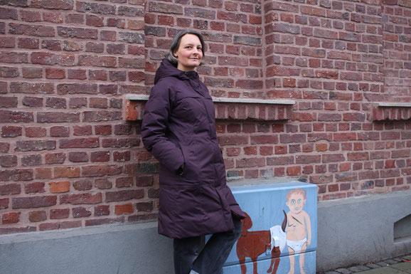 Hanna Ungar lehnt an einer Hauswand in der Zehntstraße.