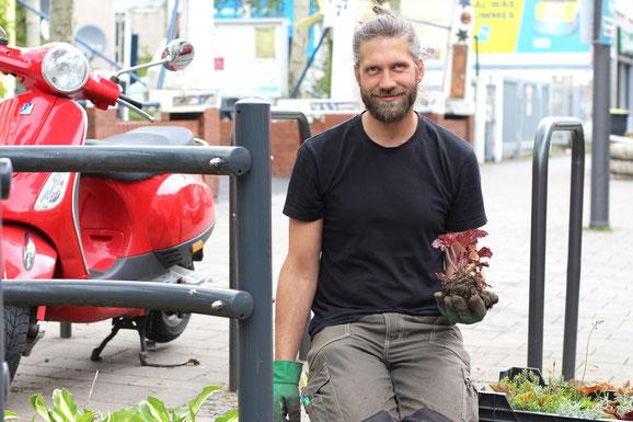 """Jörg Aichinger übernimmt im Projekt """"Hallo Nachbar"""" die gärtnerischen Arbeiten."""