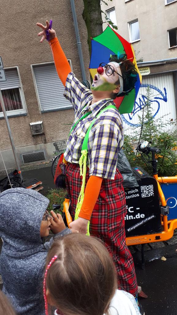 Clownin Fuppes macht Quatsch mit den Kindern auf der Zehntstraße.