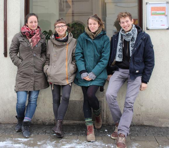 """Das junge Team der Umweltpädagog/inn/en en vor der """"Berliner 67"""". Diana Schnitzler, Jana Roes, Lisa van Uden, David Kolkenbrock, Susanne Kempkes (nicht auf dem Foto) starten ab sofort für das Projekt """"Hallo Nachbar, Danke schön""""."""