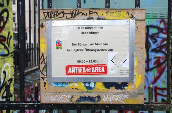 Trotz wilder Aufkleber kommt die Botschaft rüber: Der Bürgerpark Mülheim an der Berliner Straße ist täglich geöffnet von 9 bis 22 Uhr.