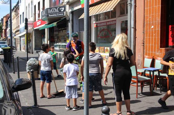 Clownin Fuppes im Einsatz mit den Kindern aus der Nachbarschaft. Was stellen wir mit dem Besen an?