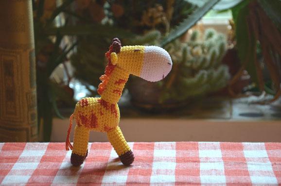 Жираф,вязаная игрушка-погремушка .Цена- 690 руб.При  покупке в комплекте с бусами -670 руб. или при покупке от трех  игрушек - 670 руб.