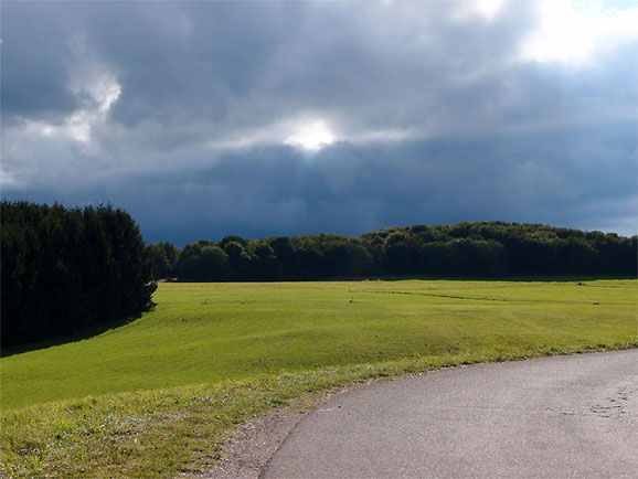 dunkelblauer Himmel vor einem Gewitter bei Sonnenbühl Schwäbische Alb