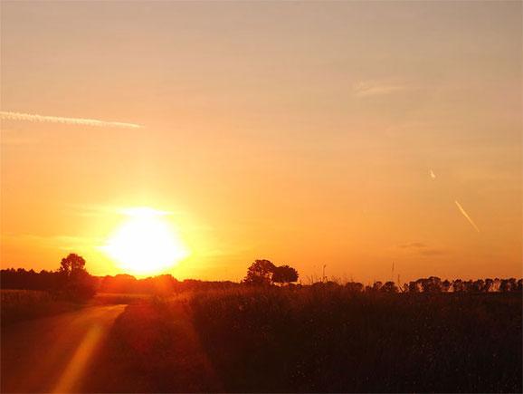 Sonnenaufgang über den Feldern von Sonnenbühl Schwäbische Alb