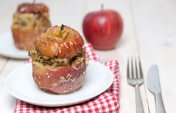 Bratäpfel mit Haselnüssen, Rosinen und Honig aus dem Dampfgarer.