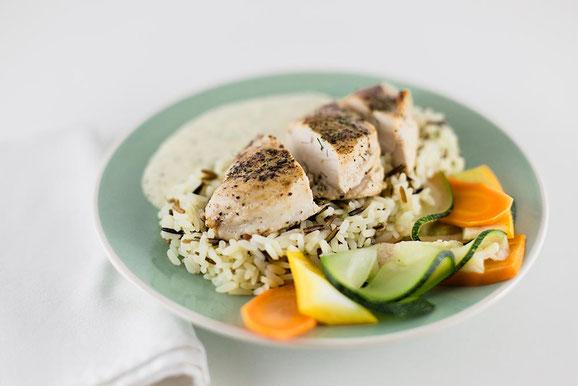 Dill-Poulet mit Reis und Gemüse aus dem Dampfgarer.