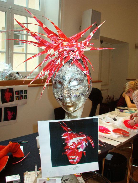 Aus stoffbezogenen Federn hat Philip Treacy eine Warhol Perücke gefertigt