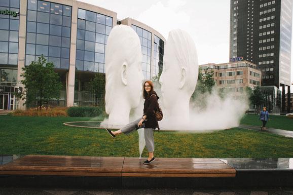 'Love' besteht aus zwei 7 Meter hohen, weißen Skulpturen eines Jungen und eines Mädchens. Sie scheinen einander anzuschauen, doch ihre Augen sind geschlossen. Der Gesichtsausdruck der beiden Kinder ist friedlich. Sie sind von einer 2 Meter hohen Nebelwolk