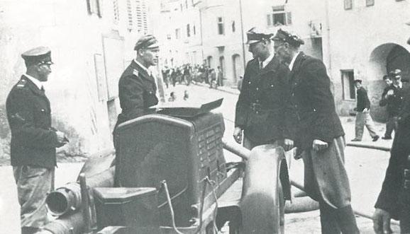 Maschinisten Übung mit der Bergomi Pumpe 1949 am Dorfplatz