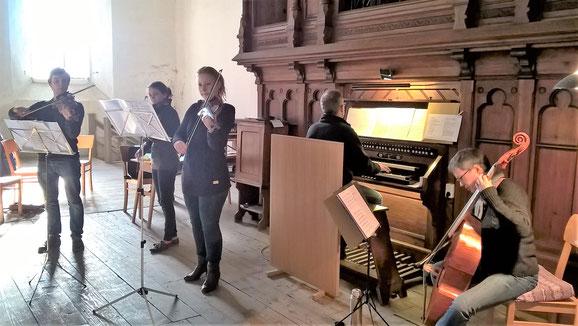Probe mit den Instrumenten für das Adventskonzert in der St. Petri-Kirche in Löbejün
