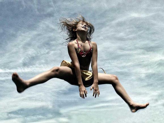 прыгающие люди в фотографии-28
