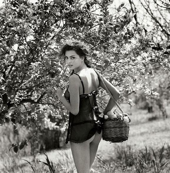 Девушка и сад. Фотограф Михель Перес