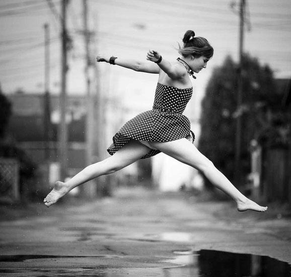 прыгающие люди в фотографии-24