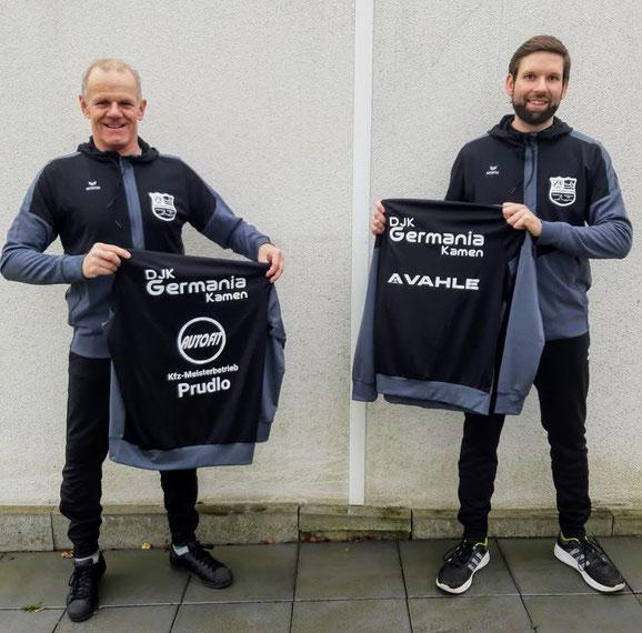 Der 1. Vorsitzende Jens Schramm (r.) und Tischtenniswart Jürgen Florian (l.) präsentieren stolz den neuen Trainingsanzug