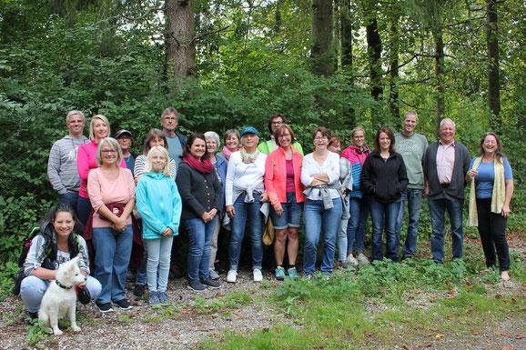 Die erste Gruppe der UWG-Kräuterwanderung mit Antonia Knobloch