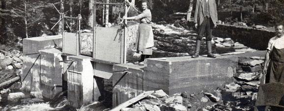 Von Wasserrad und Wehrgraben zum Stauwerk mit Rohrleitung zur Turbine (1923, Lichthäusl-Ausbau)