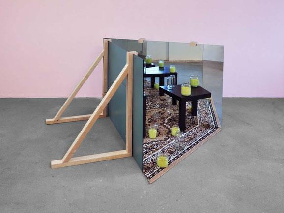 Inkontinenter Raum, Spiegel, Holz, Teppich, Gläser, Knetgummi, 98x155x200 cm