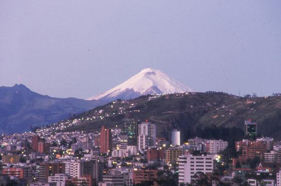 Quito, Hauptstadt Ecuadors, ist umgeben von schneebedeckten Bergen