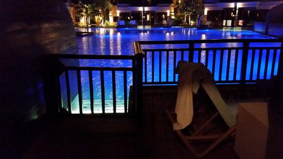Terrasse mit Poolzugang bei Nacht