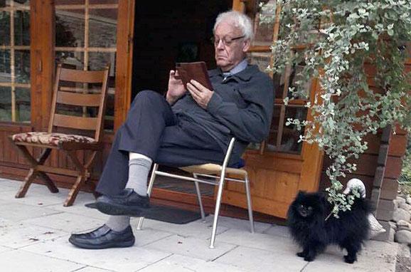 Walter Böcker mit Smartphone  und Kleinspitz Benni
