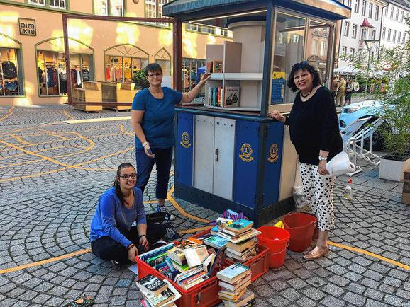 Beim Weinfest des Lions Clubs machen die Frauen der Lions-Mitglieder Großputz und säubern den Pavillon gründlich. | Bild: Sebastian Küster