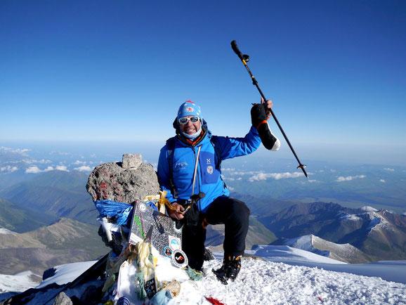 Dominik bei Traumwetter am Gipfel des Elbrus, Elbrus Besteigung, Elbrus Expedition