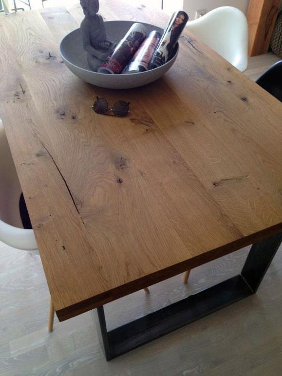 Tisch aus wilder Eiche mit Ast- und Splintanteilen Natur geölt auf einem Kufengestell aus Roheisen ebenfalls versiegelt.