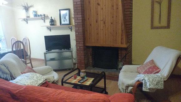 Salon comedor con  chimenea y television leds
