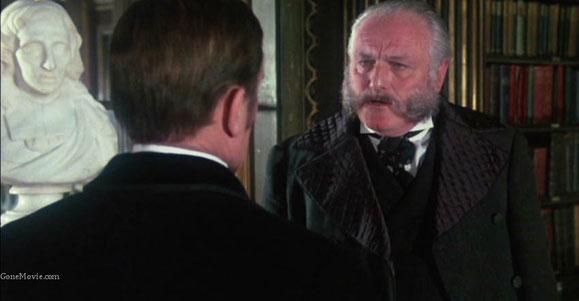 Mycroft Holmes, joué par Charles Gray, qui le rejouera pour la série de la Granada.